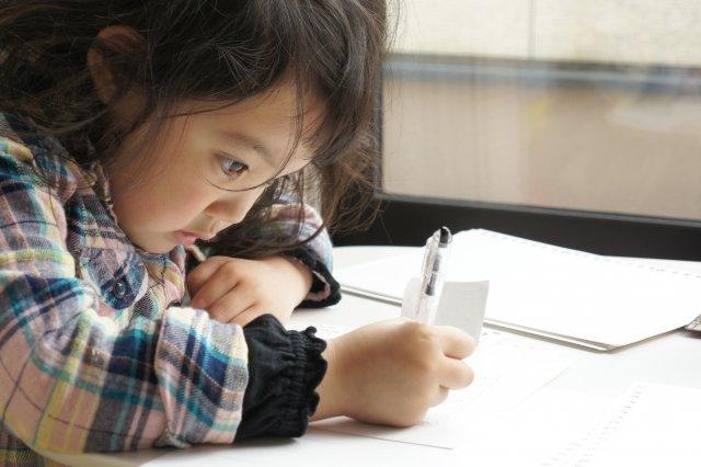 塾で勉強する子ども(サピックスvs市進学院)